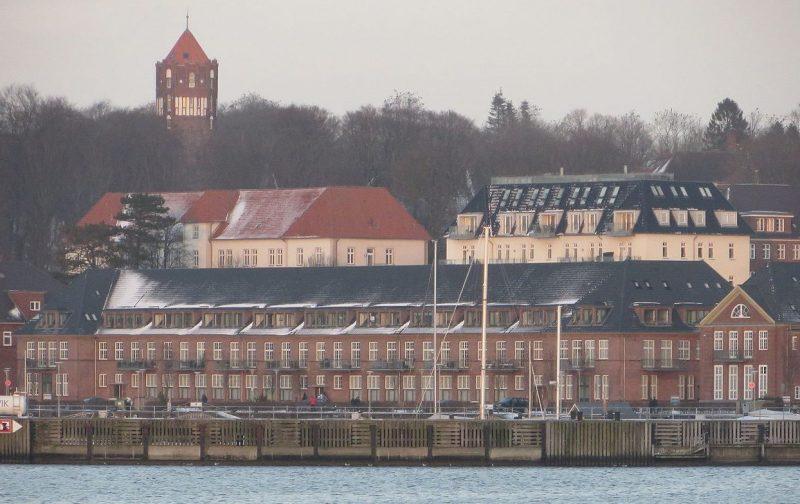 Два белых здания на втором плане – бывшая школа торпедистов в Тирпице.