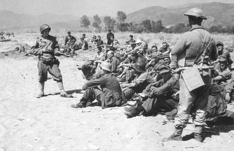 Первые немецкие военнопленные в Салерно.