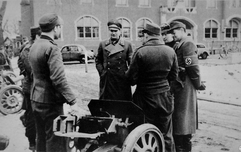 Гауляйтер Карл Август Ханке с военнослужащими ПВО. Январь 1945 г.