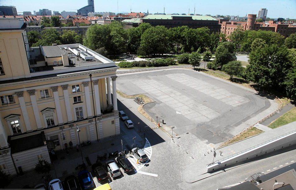 Здание оперного театра Вроцлава и площадь у него.