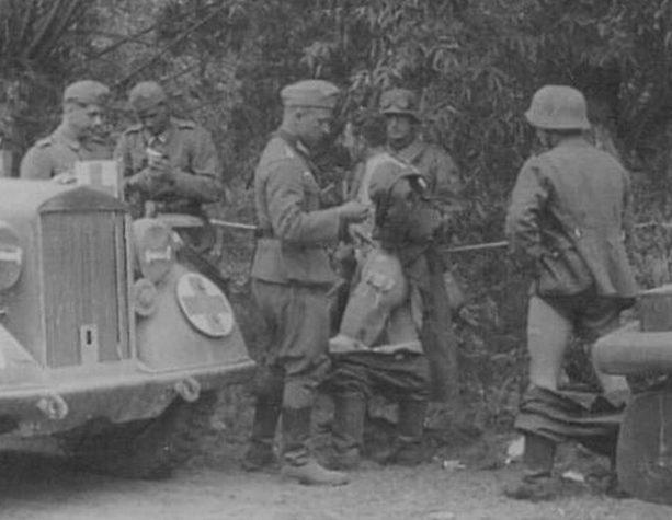 Немецкие санитары проверяют солдат Вермахта на «стыдные» болезни почти на ходу.