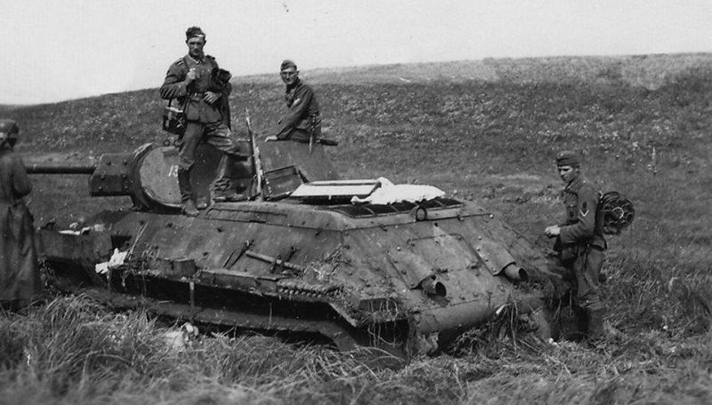 Побитые советские танки Т-34 на окраине города. Сентябрь 1941 г.