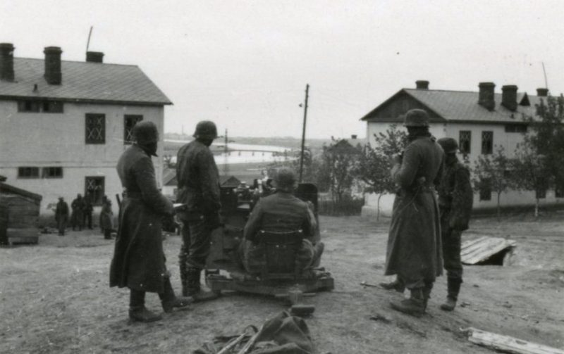 Немцы обстреливают старый Пост-мост. 8 октября 1941 г.