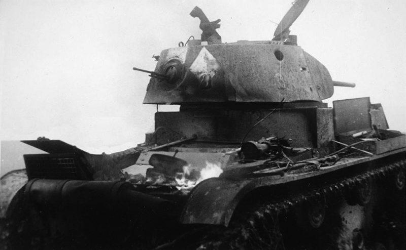 Подбитый танк Т-26 неподалеку Глухова. Сентябрь 1941 г.