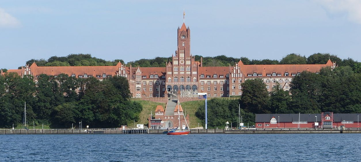 Вид с фьорда на Военно-морскую академию в Мюрвике.