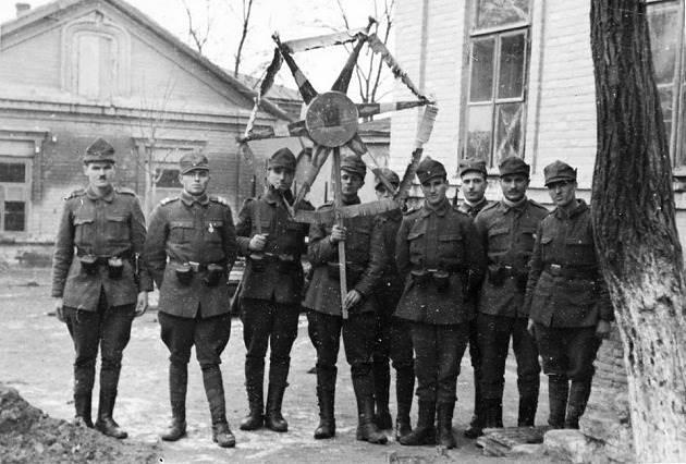 Румынские солдаты встречают Новый год. 1943 г.