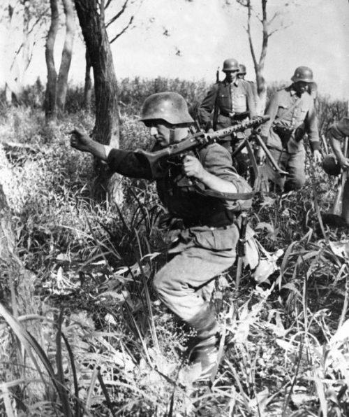 Немецкие солдаты преодолевают заболоченную протоку возле Днепра. Сентябрь 1941 г.