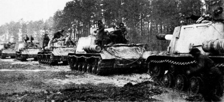 Советские ИСУ 152 на подходе к Бреслау. Февраль 1945 г.