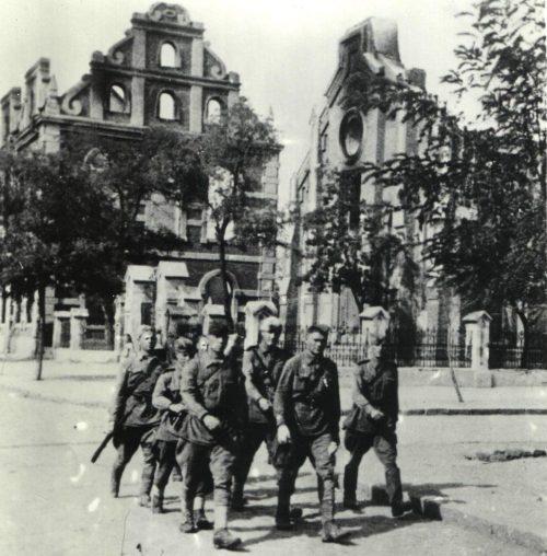 Воины-освободители на улице города. Сентябрь 1943 г.
