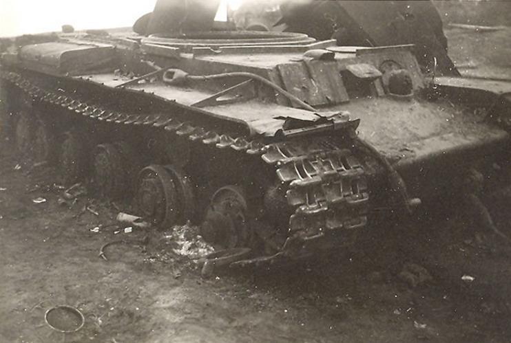 Подбитый советский танк КВ-1 под Глуховым и его подрыв немцами. Сентябрь 1941 г.