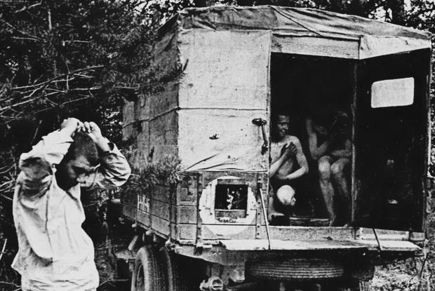 Дезинфекция солдат в походных условиях.