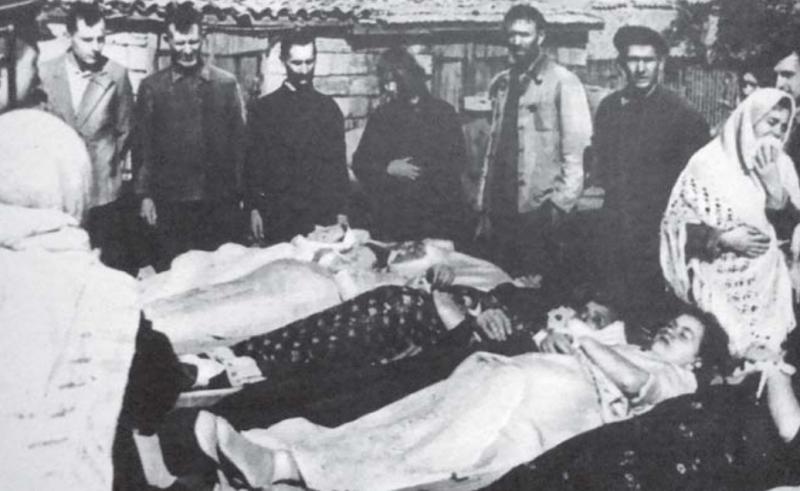 Похороны семьи Шевцовых, расстрелянной немцами 17 сентября 1943 г.