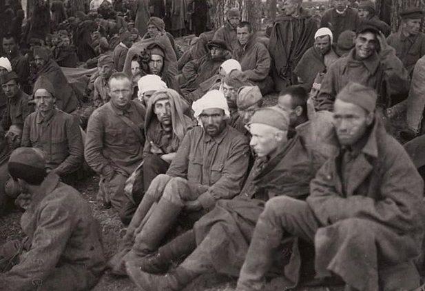 Советские военнопленные на сборном пункте города. Улица Тургеневская, август 1941 г.