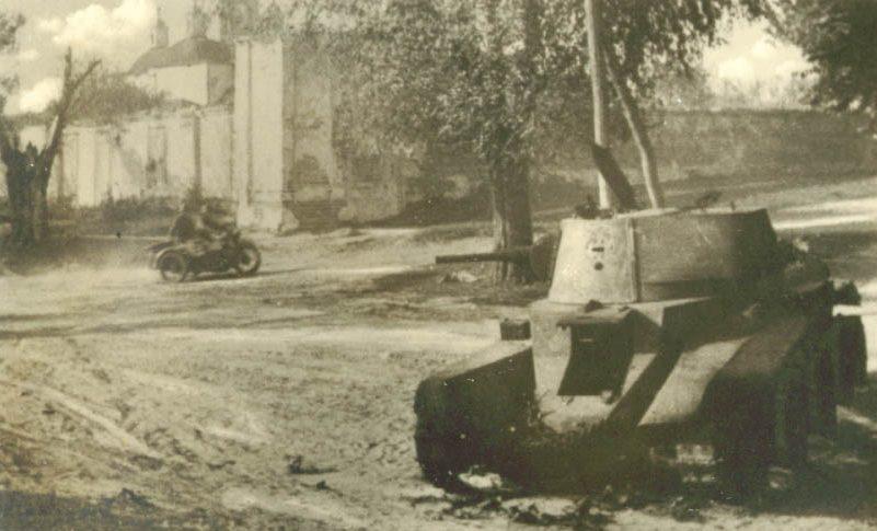 Подбитый советский танк у Гамалиевского монастыря. Сентябрь 1941 г.