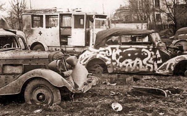 Разбитые немецкие автомобили на улице города. Февраль 1945 г.