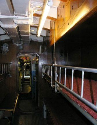 Средняя подлодка «U-995» тип VII-C. Койки в 2 яруса, столики, вверху ящики для личных вещей подводников внизу - рундуки.