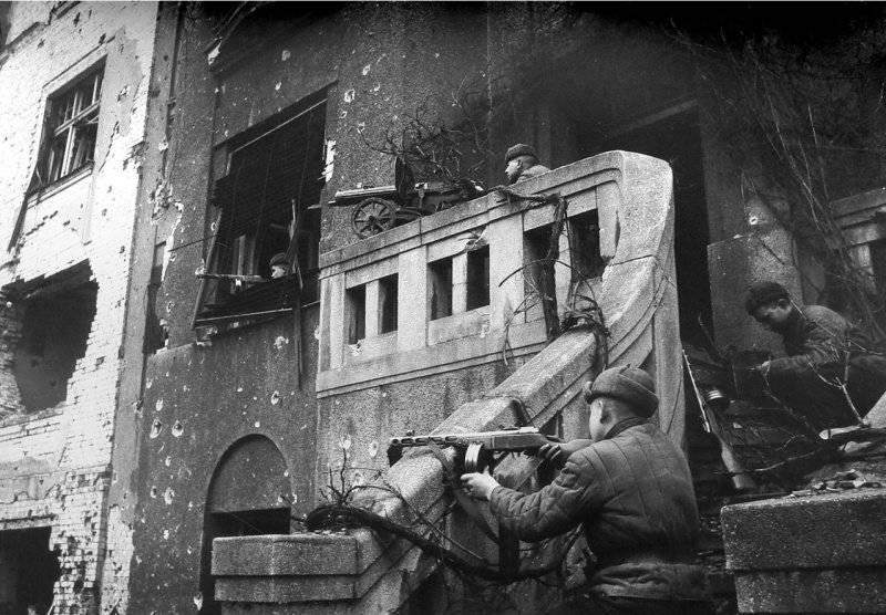 Бойцы 309-й «Пирятинской» стрелковой дивизии в уличных боях за Бреслау. Февраль 1945 г.