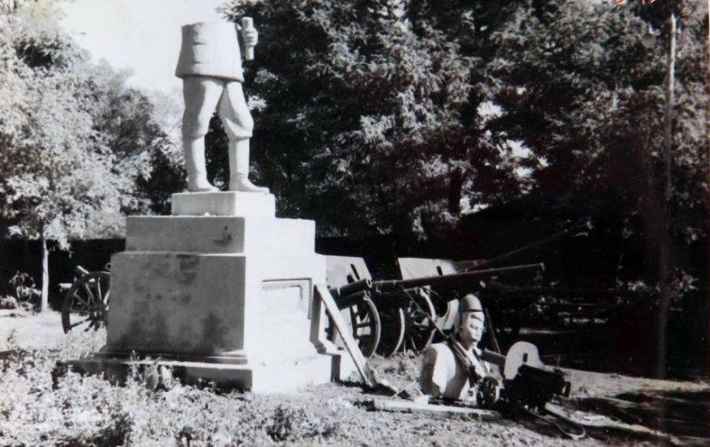 Разрушенный памятник Сталину. Сентябрь 1941 г.
