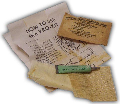 V-пакет в открытом виде, который содержал: 1 тюбик на 5 грамм мази (30% каломеля + 15% сульфатиазола); пропитанную мылом ткань; очищающую ткань; инструкцию, объясняющую, как наносить мазь.
