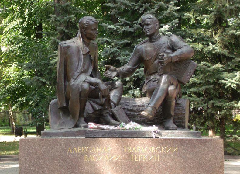г. Смоленск. Памятник А.Т. Твардовскому и Василию Теркину, установлен в 1995 году. Скульптор - А.Г. Сергеев.