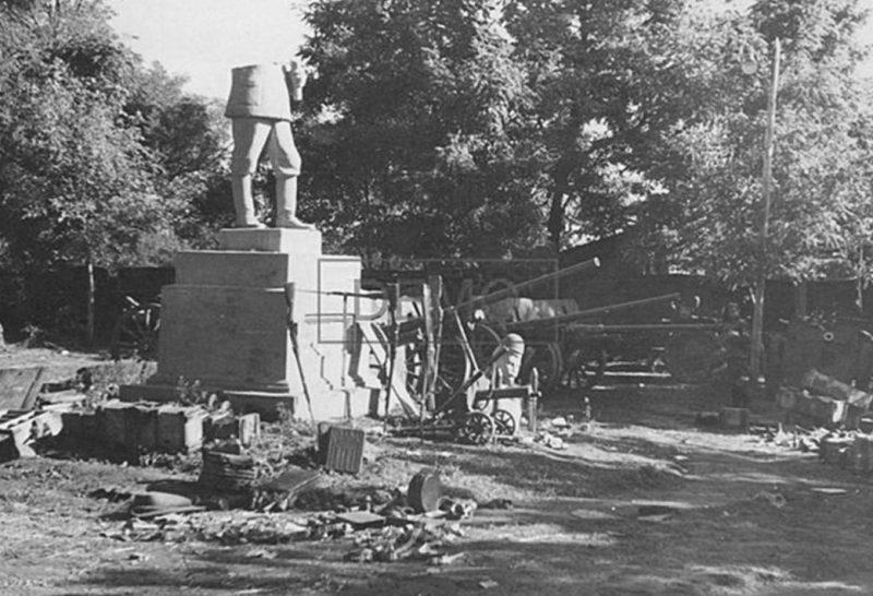 Трофейное оружие у памятника Сталину. Сентябрь 1941 г.