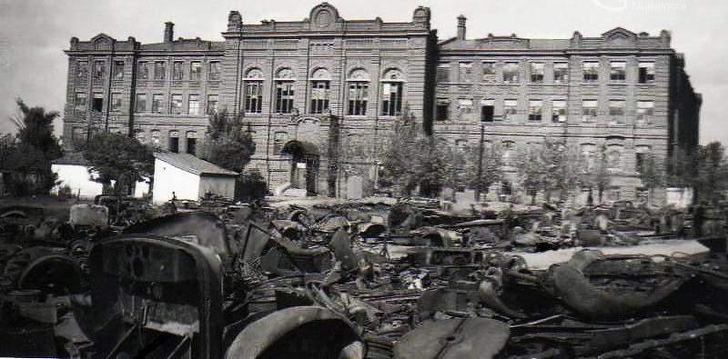 Разбитая советская техника на улице города. Октябрь 1941 г.