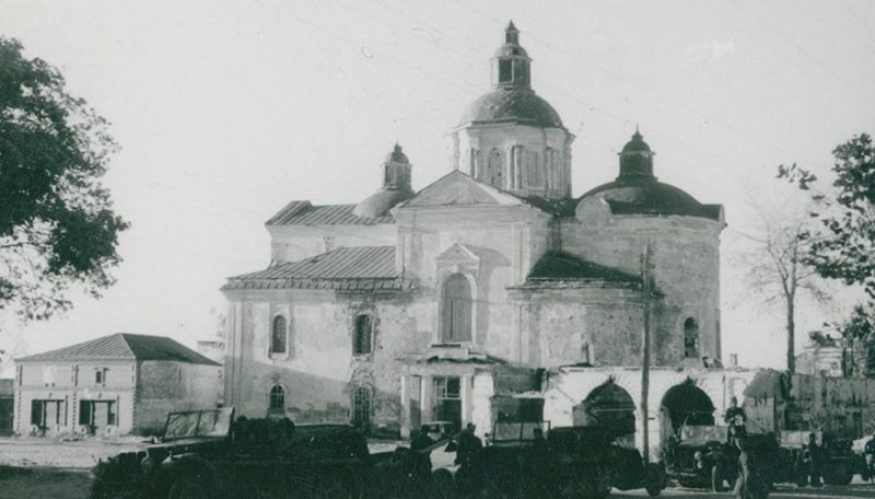 Немецкая техника на фоне Троицкого монастыря. Сентябрь 1941 г.