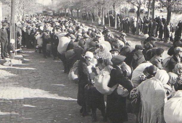 Сбор евреев города для расстрела. 15 октября 1941 г.