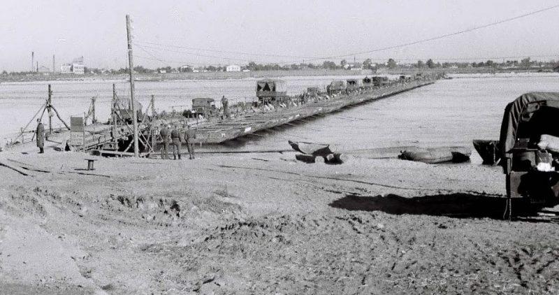 Немецкая понтонная переправа через Днепр у разрушенного моста. Сентябрь 1941 г.