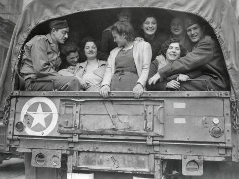Американские солдаты везут собранную «клубничку» на медицинское обследование. Неаполь. 1944 г.