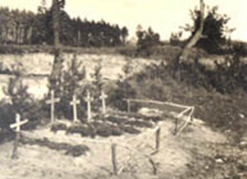 Могилы немецких солдат в пригороде Глухова. Октябрь 1941 г.