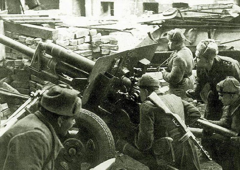 Артиллеристы из 6-й армии ведут огонь на улице Бреслау. Февраль 1945 г.