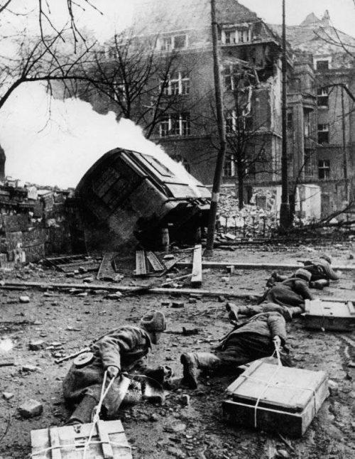 Саперы с ящиками взрывчатки для подрыва дома. Февраль 1945 г.
