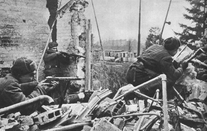 Бойцы штурмового батальона на развалинах трамвайного депо. Февраль 1945 г.