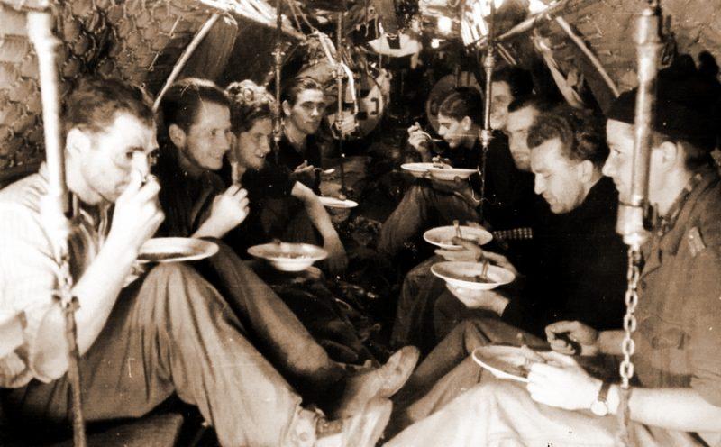 Экипаж малой лодки II-й серии принимает пищу в носовом отсеке.