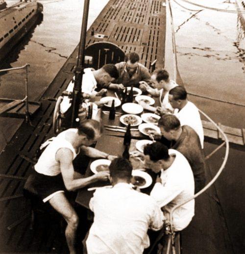 Экипаж подводной лодки U 31 (тип VIIA) обедает на верхней палубе.
