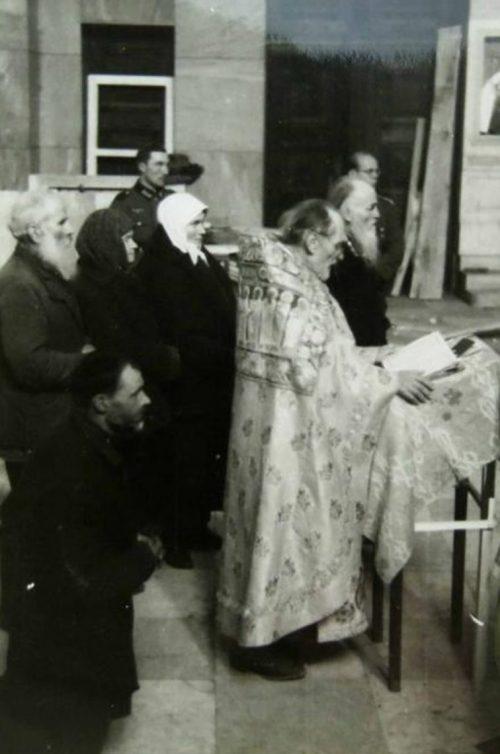 Церковная служба в Анастасиевском храме. 1941 г.