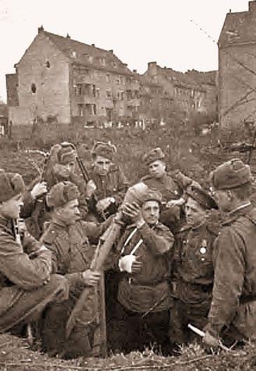 Красноармейцы в городе. Март 1945 г.
