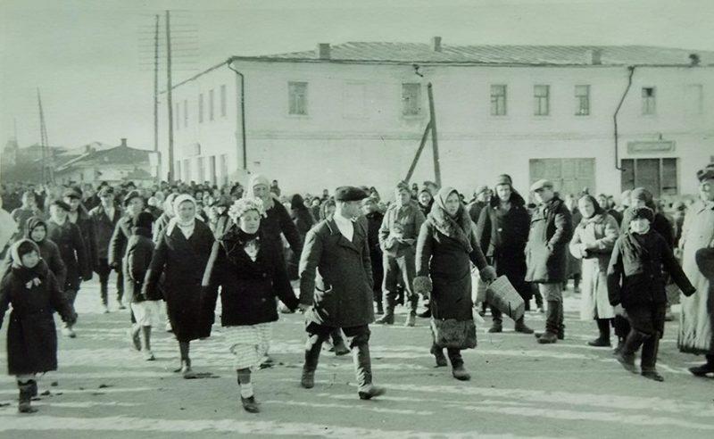 Свадебная процессия на Киево-Московской улице. 1943 г.
