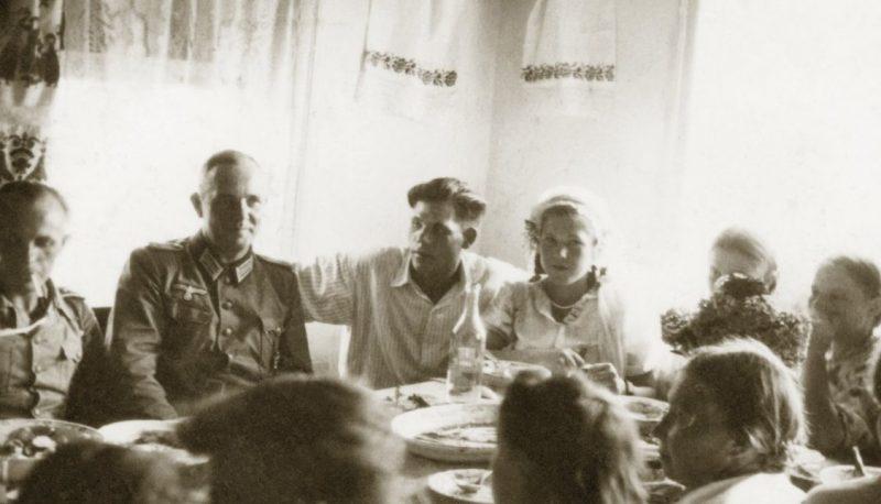 За свадебным столом. 1942 г.