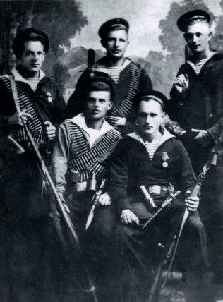 Группа моряков-десантников Азовской военной флотилии, участвовавших в освобождении Мариуполя. 1943 г.