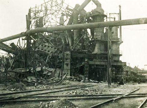 Разрушенная домна завода им. Ильича. 1943 г.