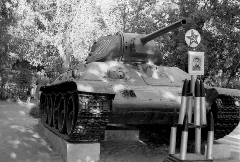 Танк памятник Т-34-76 в Глухове, установленный на могиле генерал-майора Рудченко Г.С., который командовал 9-м танковым корпусом. Сентябрь 1943.