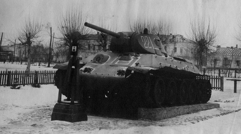 Памятник зимой. Декабрь 1943 г.
