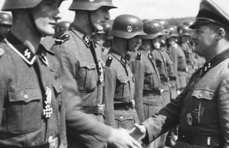 Штурмбаннфюрер CC Август Дикман вручает солдатам Железные кресты за боевые заслуги. 21 июня 1942 года.