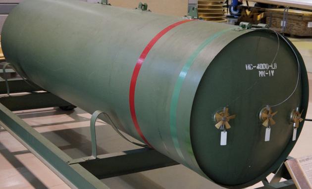Авиабомба HC 4000 lb (RAF Cookies) длиной 2960 мм предназначалась для разрушения стратегических объектов морских баз и портов, крупных кораблей и промышленных предприятий.