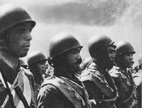 Японские морские десантники во время битвы за Тимор. 1942 г.