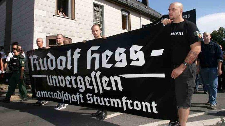 Марш неонацистов в Берлине.