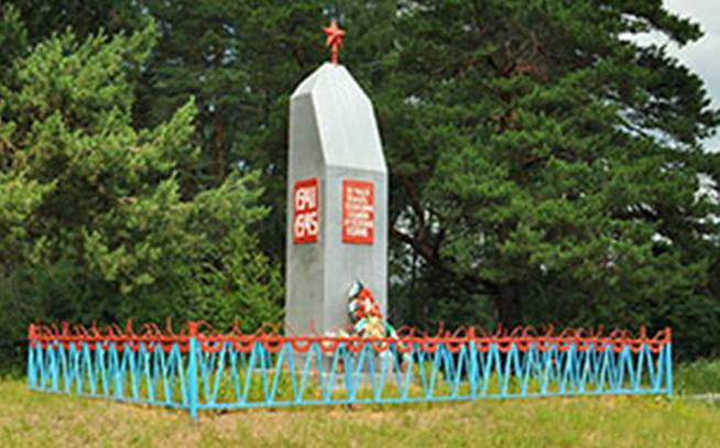 д. Быково Дорогобужского р-на. Памятник, установленный на братской могиле советских воинов.