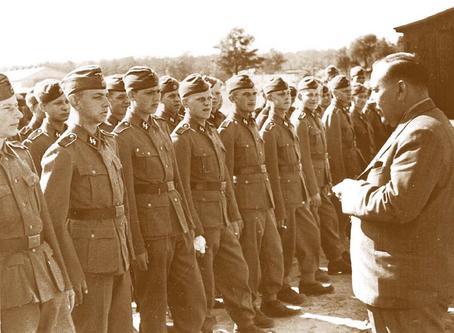 Хяльмар Мяэ беседует с солдатами 20-й дивизии СС. 1944 г.
